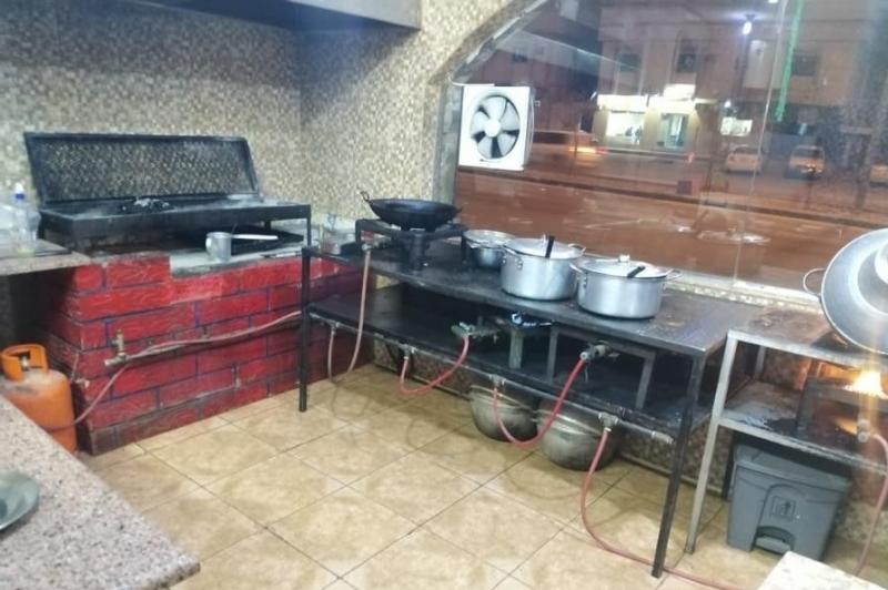 مطعم للتقبيل باغراضه