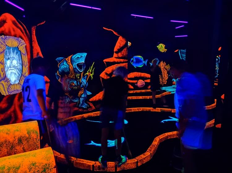 Spectacular And Fun Filled Indoor Mini Golf Attraction For Sale